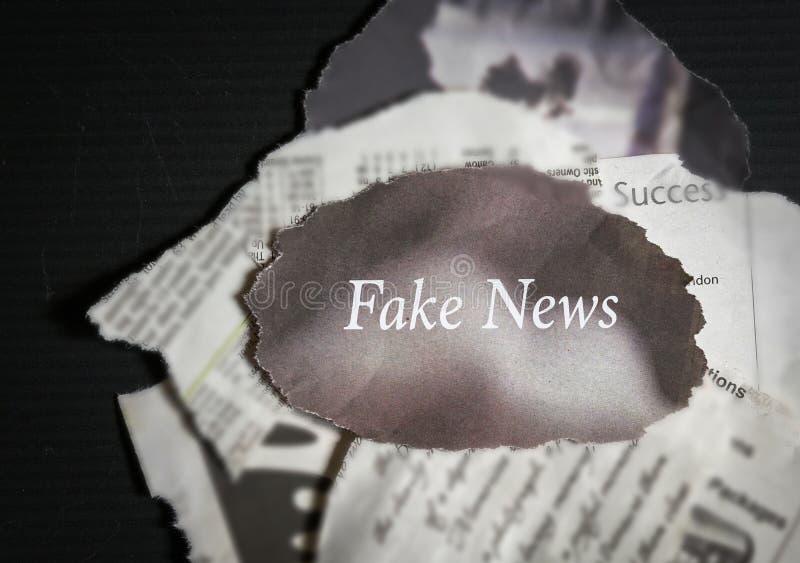 Noticias falsas - en pilas de periódicos viejos foto de archivo