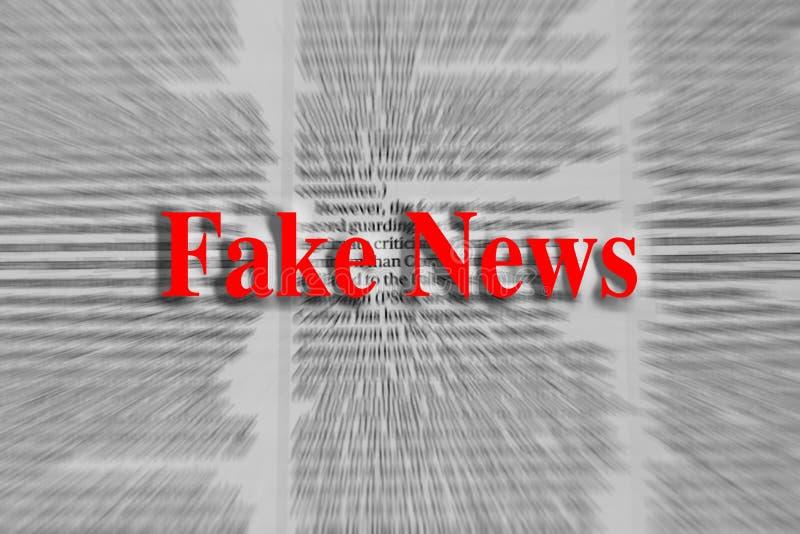 Noticias falsas escritas en rojo con un artículo periodístico borroso imagenes de archivo