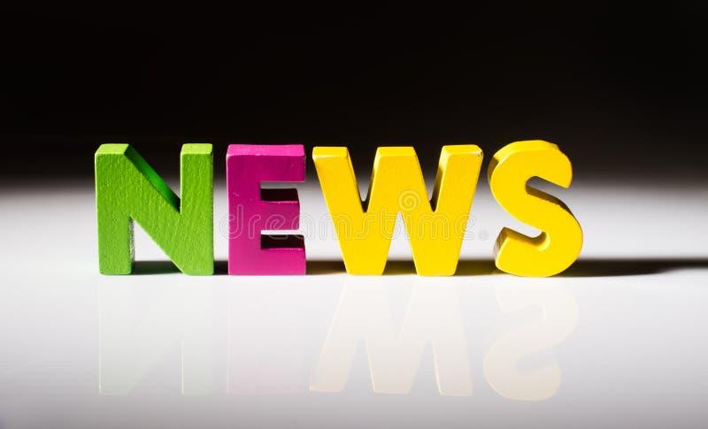 Noticias multicoloras de la palabra hechas de la madera. imagen de archivo libre de regalías