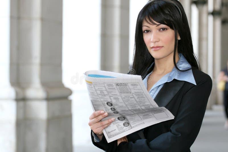 Noticias: Periódico de la lectura de la mujer de negocios foto de archivo