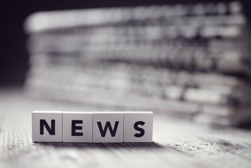 Noticias y títulos de periódico fotografía de archivo libre de regalías