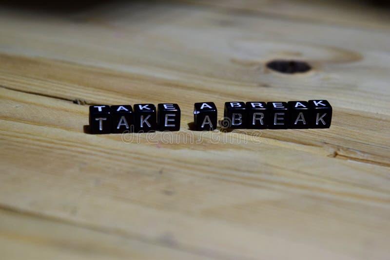 Notieren Sie eine Bruchmitteilung, die auf Holzklötze geschrieben wird stockfotos