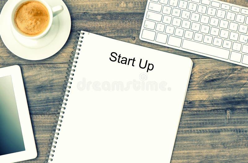 Notitieboekje, digitale tablet, toetsenbord en koffie Spot omhoog in Instag stock afbeeldingen