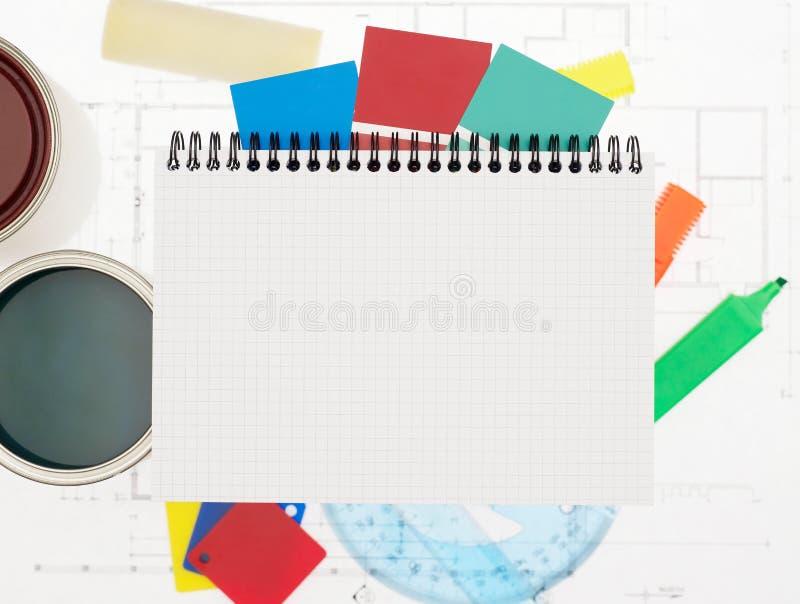 Notitieboekje en het schilderen hulpmiddelen stock fotografie