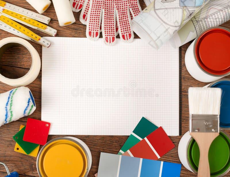 Notitieboekje en het schilderen hulpmiddelen royalty-vrije stock afbeelding