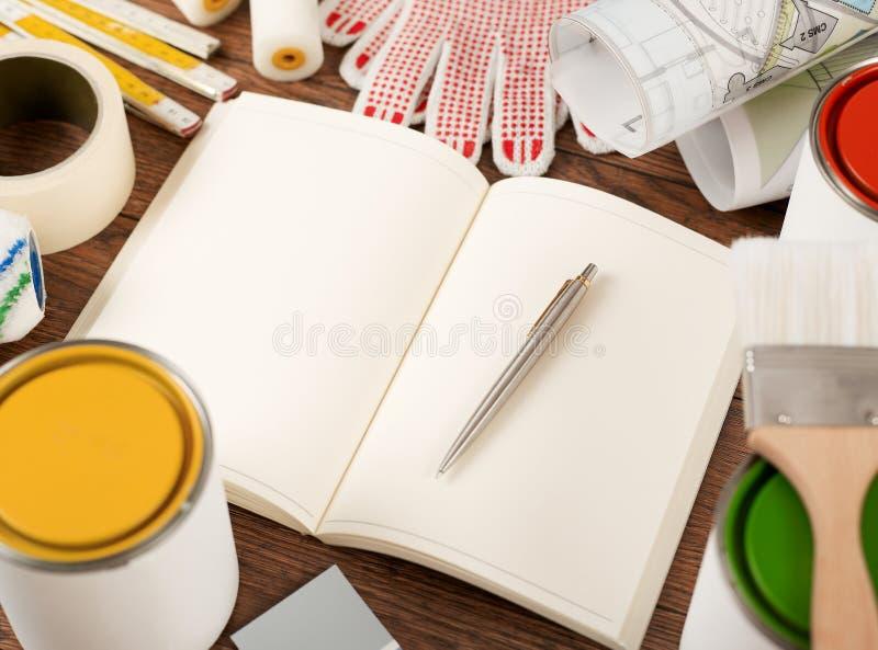 Notitieboekje en het schilderen hulpmiddelen royalty-vrije stock afbeeldingen