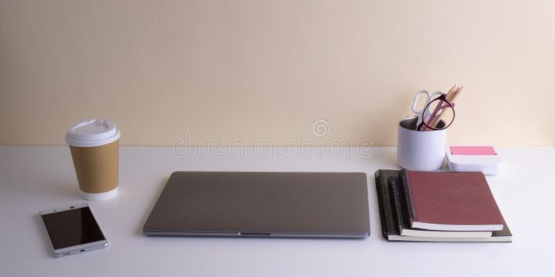 Notitieboekje en koffiekop op de ruimte van het lijstwerk in de werkdag stock afbeeldingen