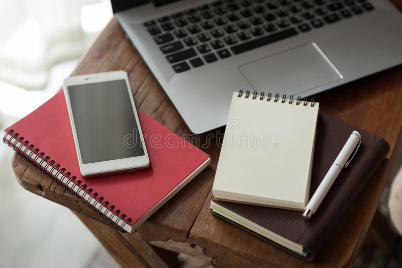 Notitieboekje en laptop computer op houten lijst royalty-vrije stock fotografie