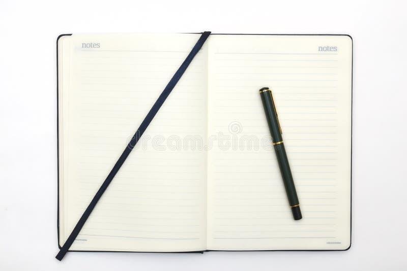 Notitieboekje en pen op witte achtergrond Abstracte achtergrond voor het trekken en het schetsen agenda voor zaken en studie royalty-vrije stock afbeelding