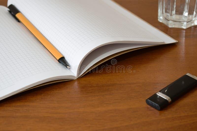 Notitieboekje en pen voor het schrijven van nota's of onderwijs stock foto