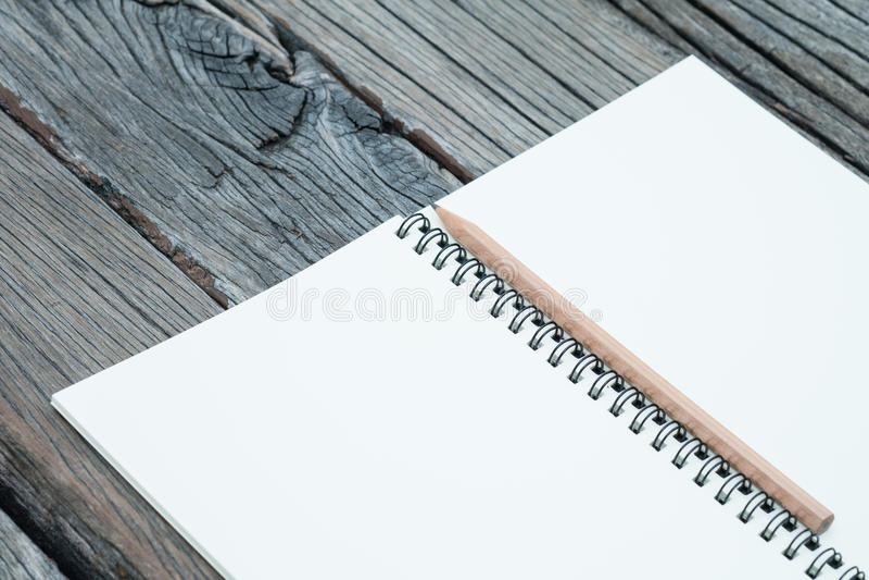 Notitieboekje en potlood op lijst royalty-vrije stock foto