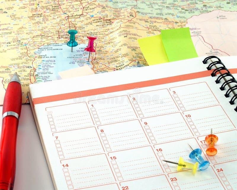 Notitieboekje en rode ballpoint op kaart bij golf van Thailand met kleurrijke punaise royalty-vrije stock fotografie