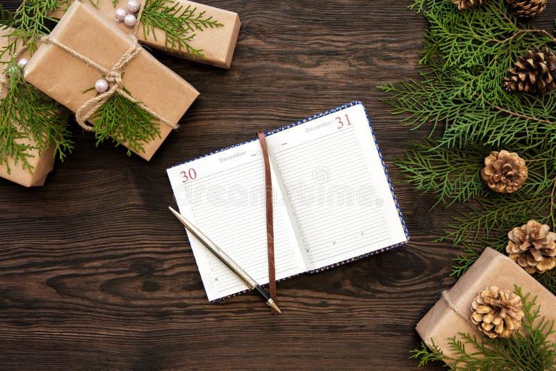 Notitieboekje, giften op Kerstmisachtergrond royalty-vrije stock foto's