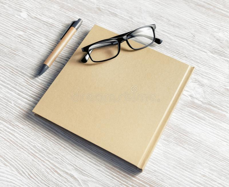 Notitieboekje, glazen, pen stock afbeelding