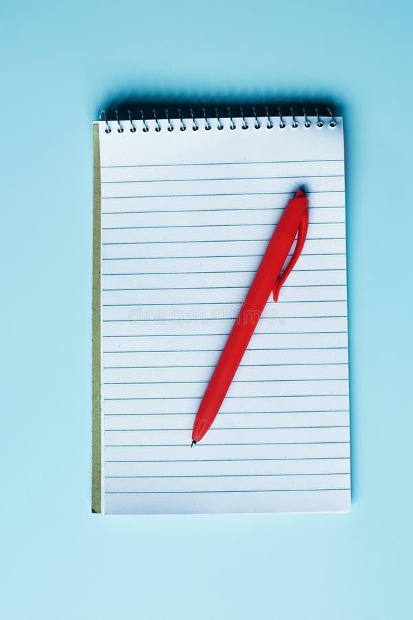 Notitieboekje met blanco pagina's en rode pen royalty-vrije stock foto