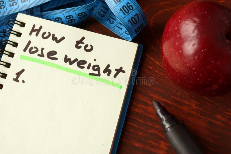 Notitieboekje met hoe te om gewichtsteken te verliezen stock afbeelding