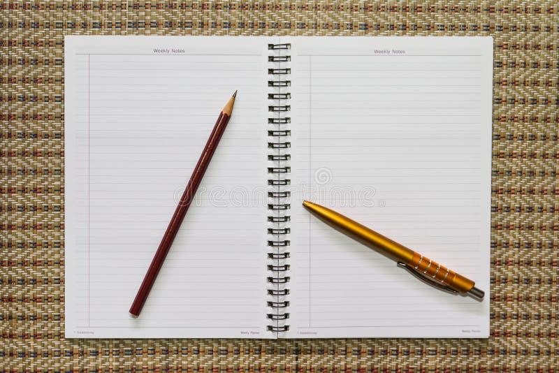 Notitieboekje, met kantoorbehoeftenmateriaal royalty-vrije stock foto