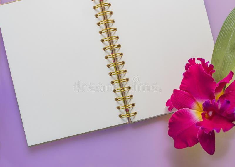 Notitieboekje met kleurrijke orchideebloem royalty-vrije stock afbeeldingen
