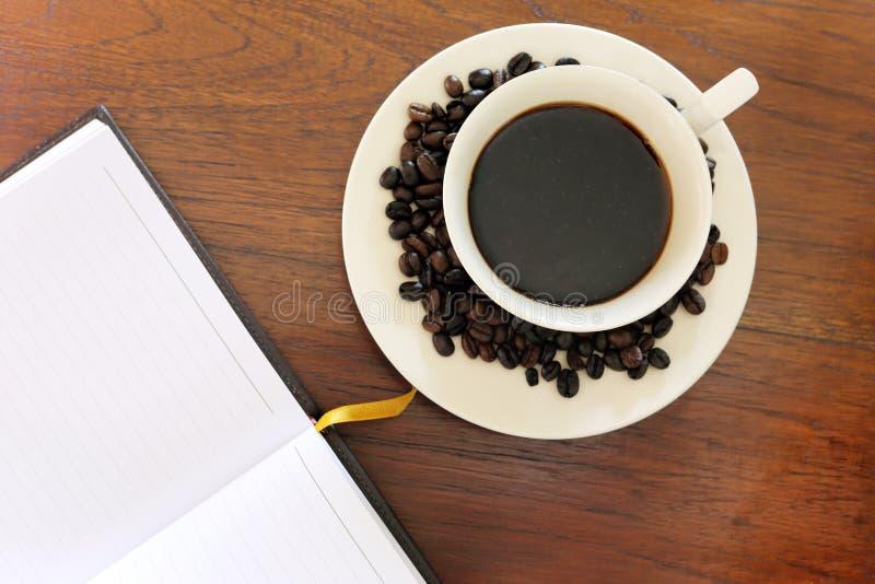 Download Notitieboekje Met Koffiekop Op Grungehout Stock Afbeelding - Afbeelding bestaande uit lijst, memorandum: 29511467