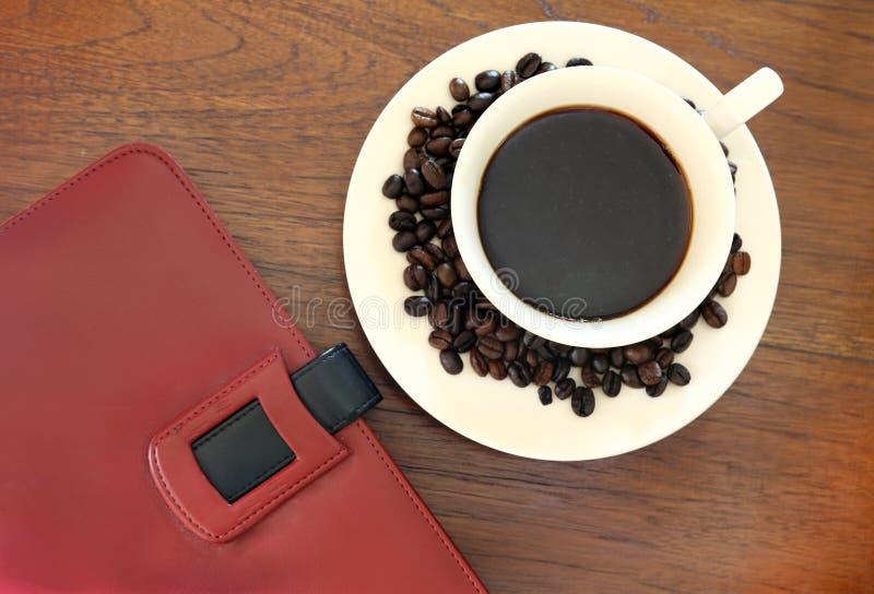 Download Notitieboekje Met Koffiekop Op Grungehout Stock Afbeelding - Afbeelding bestaande uit ontruim, dekking: 29511537