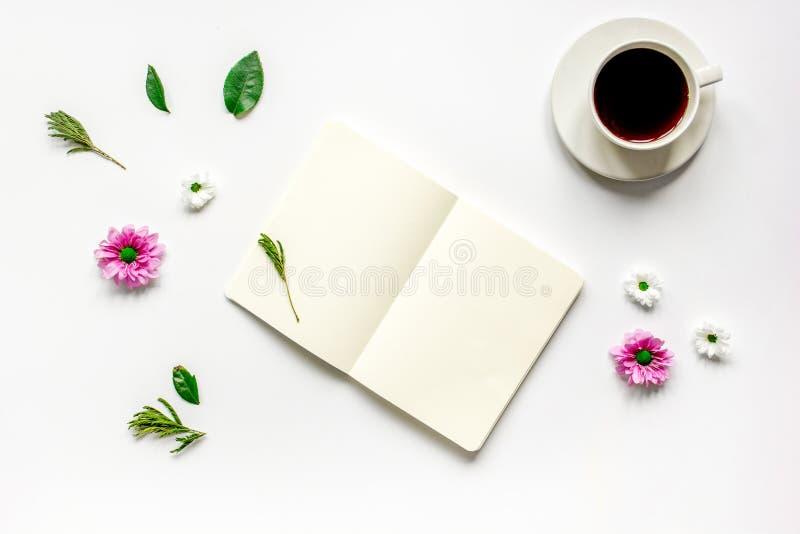 Notitieboekje met kop van koffie op wit achtergrond hoogste meningsmodel stock afbeeldingen