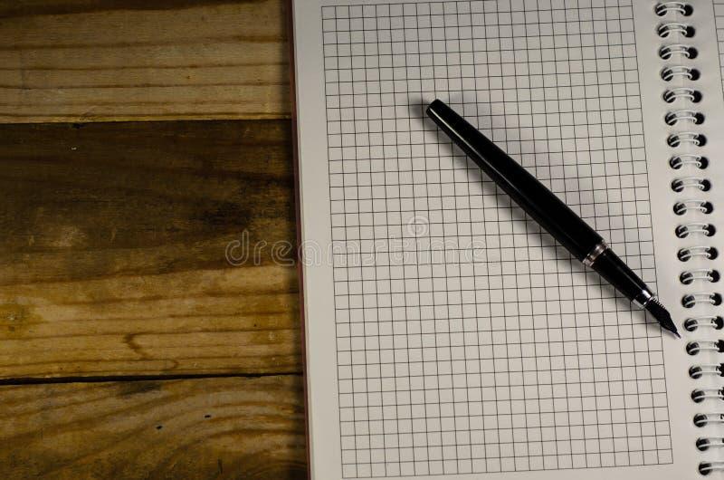 Notitieboekje met vulpen op een houten lijst royalty-vrije stock afbeelding