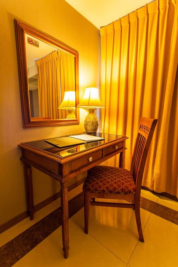 Notitieboekje op de lijst met lamp en stoel in retro stijl royalty-vrije stock foto