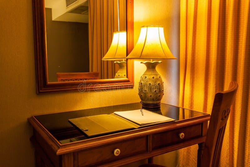Notitieboekje op de lijst met lamp en stoel in retro stijl stock afbeeldingen