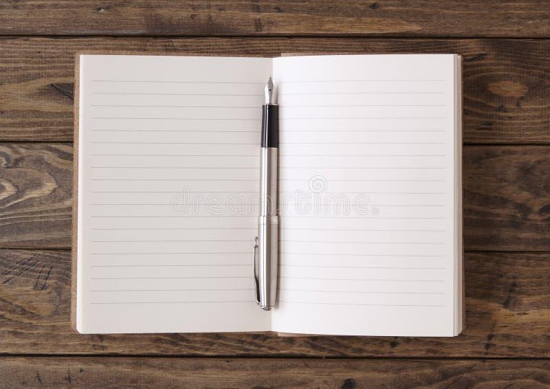 Notitieboekje op een Desktop royalty-vrije stock afbeeldingen