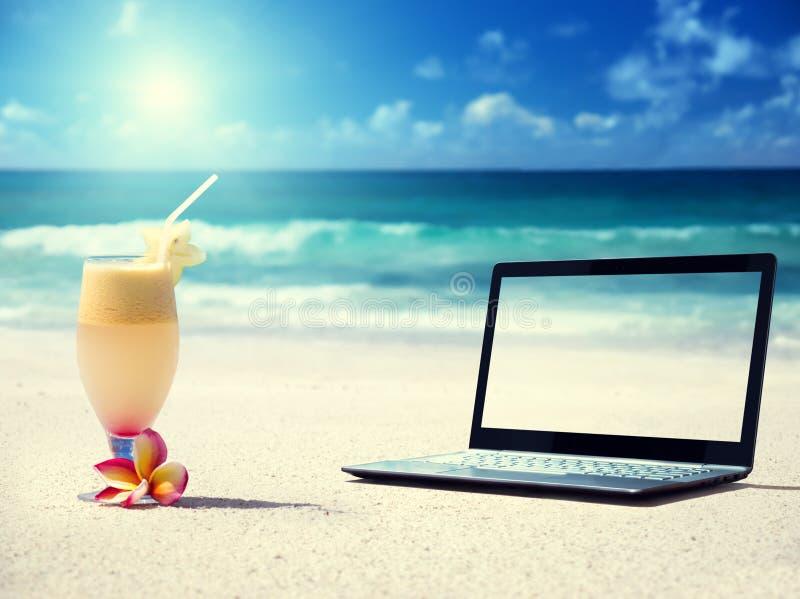 Notitieboekje op het strand en het glas stock afbeeldingen