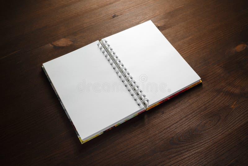 Notitieboekje op hout stock foto's