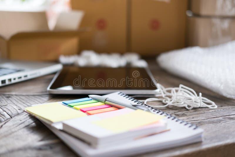 notitieboekje, pen bij werkplaats van opstarten, kleine bedrijfseigenaar, fre royalty-vrije stock foto's