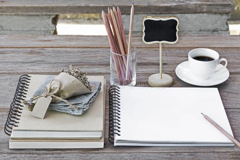 Notitieboekje van blanco pagina's met glazen, bloemboeket, potloden royalty-vrije stock foto's