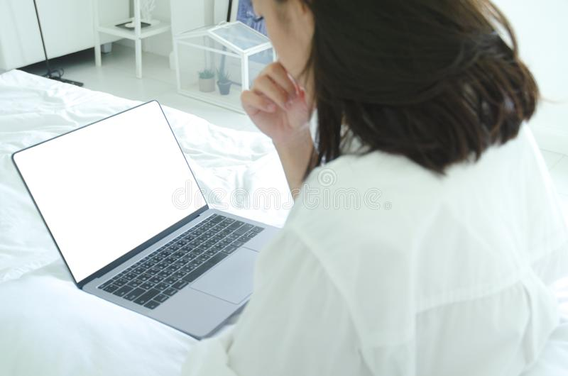 Notitieboekjecomputers en de handen van vrouwen stock afbeelding