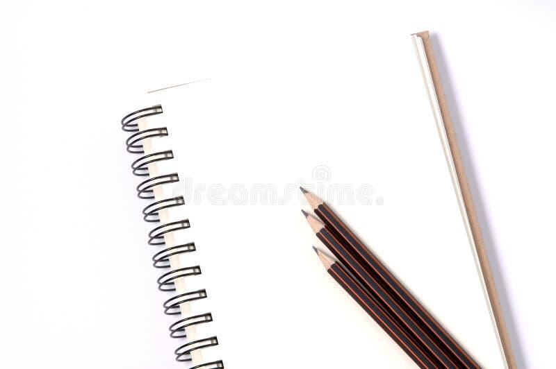 Notitieboekjes en potlood op witte achtergrond royalty-vrije stock afbeeldingen