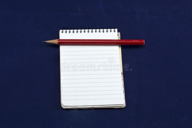 Notizblock mit grünem Bleistiftrotbleistift stockfotos