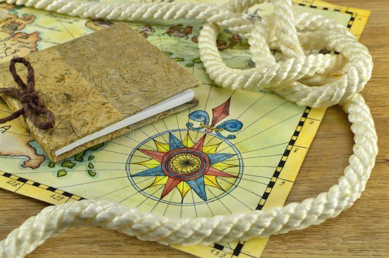 Notizblock mit Karten- und Seilknoten lizenzfreies stockbild