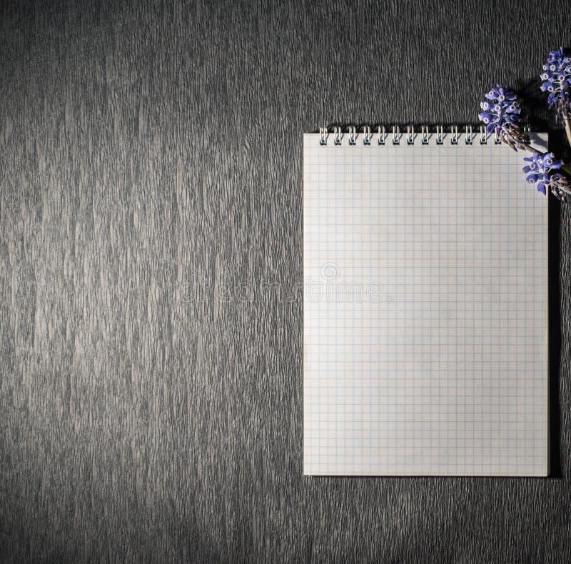 Notizblock mit wilden Blumen stockfotos