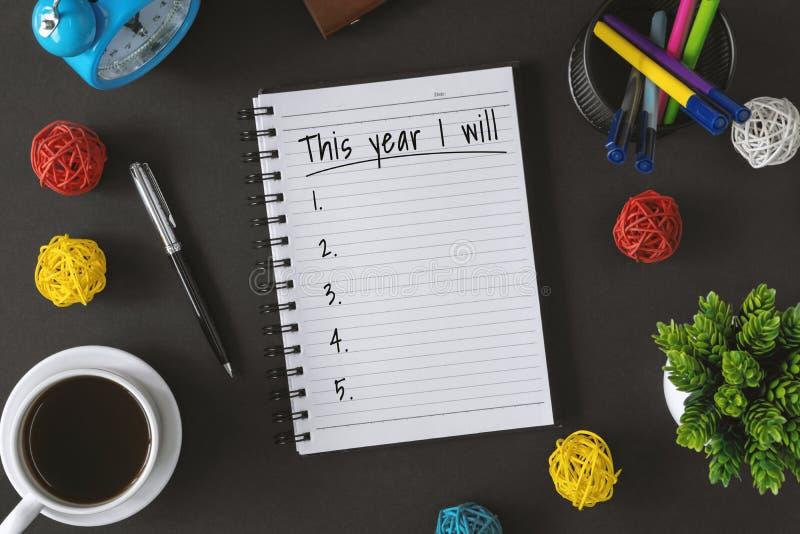 Notizblock mit Wunschzettel und Kaffeetasse Hoffnung des neuen Jahres und Entschließungskonzept stockfotos