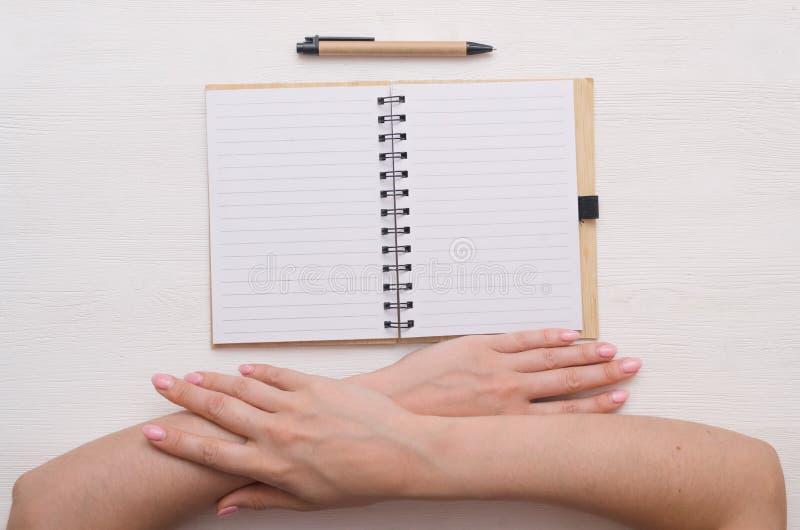 Notizblock und Stift lizenzfreie stockbilder