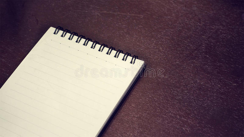 Notizbuch auf einem Holztisch stockbilder