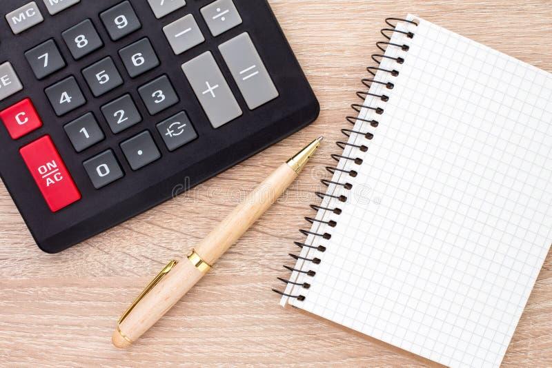 Notizbuch, ballpen und Rechner lizenzfreies stockfoto