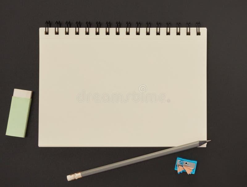 Notizbuch, Bleistift und Radiergummi lizenzfreies stockbild