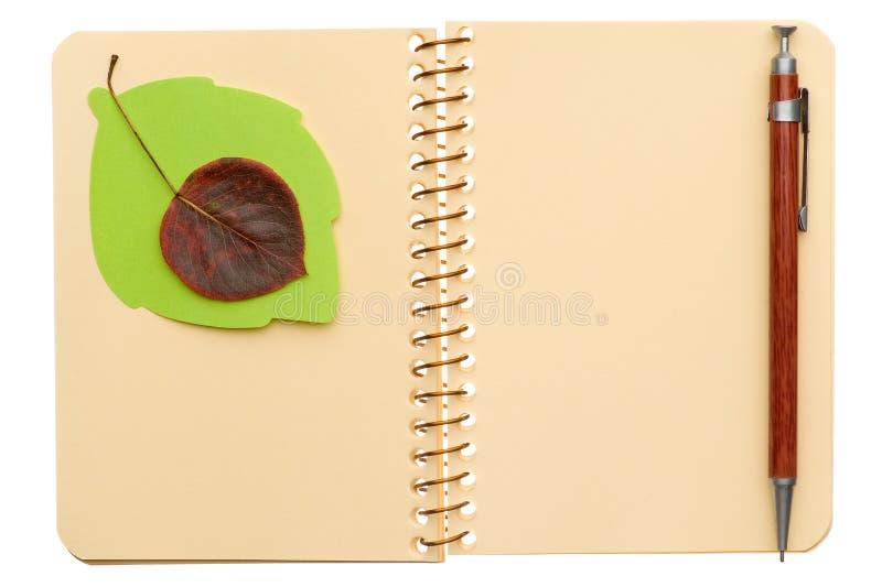 Notizbuch mit Blatt lizenzfreie stockbilder