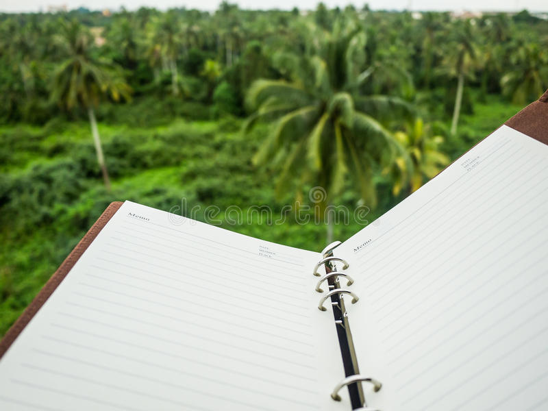 Notizbuch mit natürlichem Hintergrund lizenzfreies stockbild
