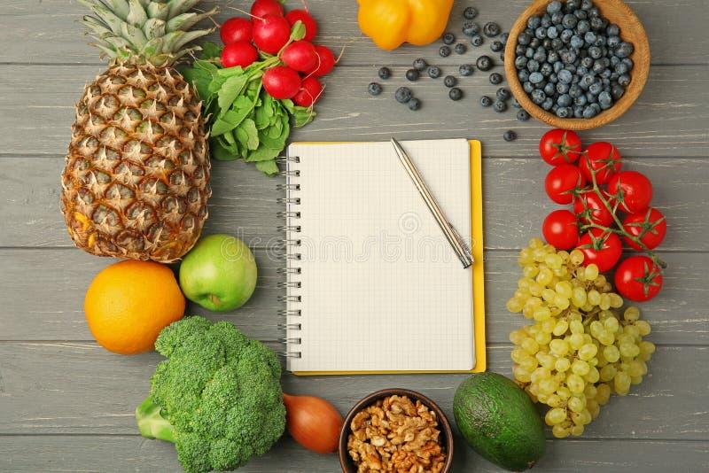 Notizbuch mit Obst und Gemüse lizenzfreie stockfotos