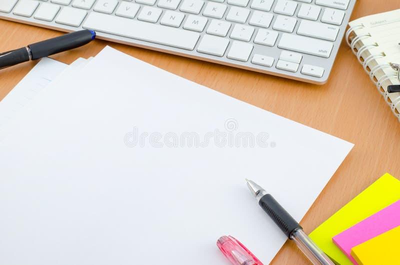Notizbuch mit Stift und Farbbriefpapier stockfoto