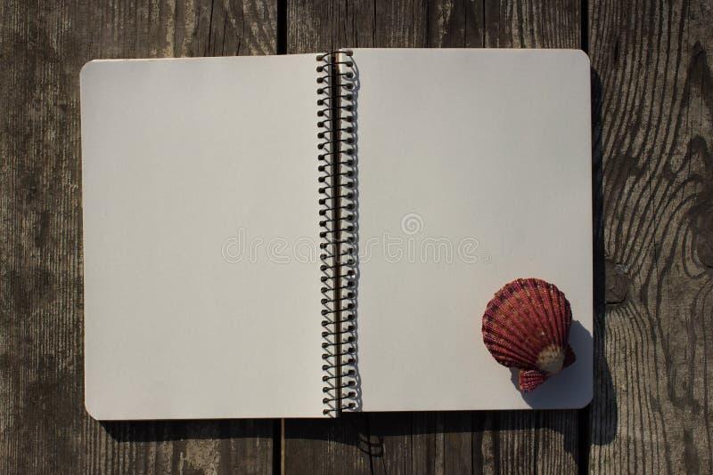 Notizbuch, Oberteile und altes Holz lizenzfreie stockbilder