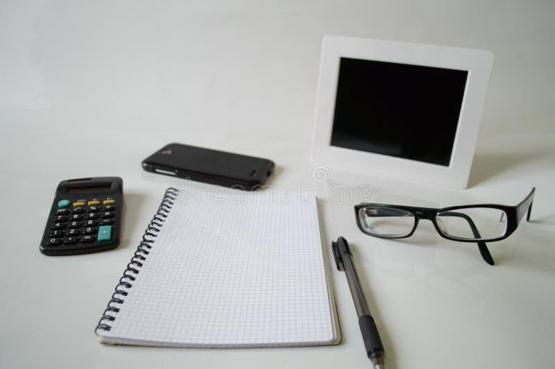 Notizbuch, Stift, Gläser und Rahmen lizenzfreie stockbilder