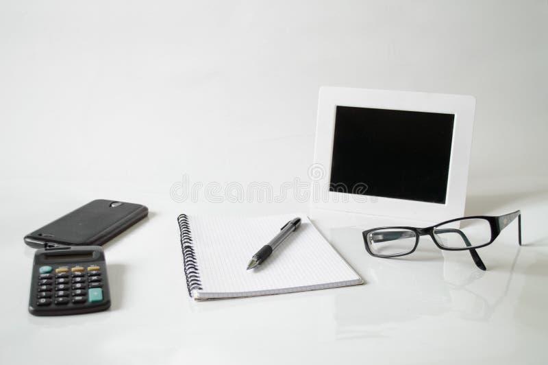 Notizbuch, Stift, Gläser und Rahmen lizenzfreies stockfoto